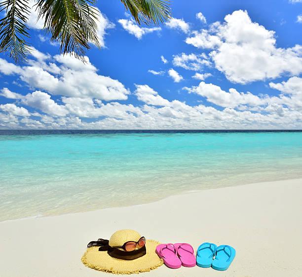 sonnenhut, sonnenbrille und flip-flops am tropischen strand - flitterwochen flip flops stock-fotos und bilder