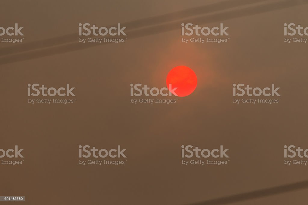 Sun in a forest fire with smoke photo libre de droits