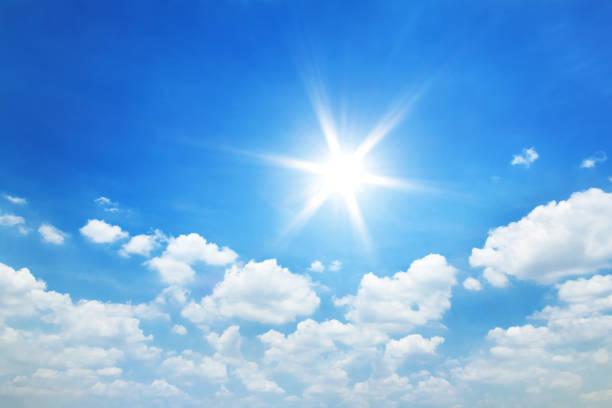 太陽の下で青い空に雲 - 太陽 ストックフォトと画像