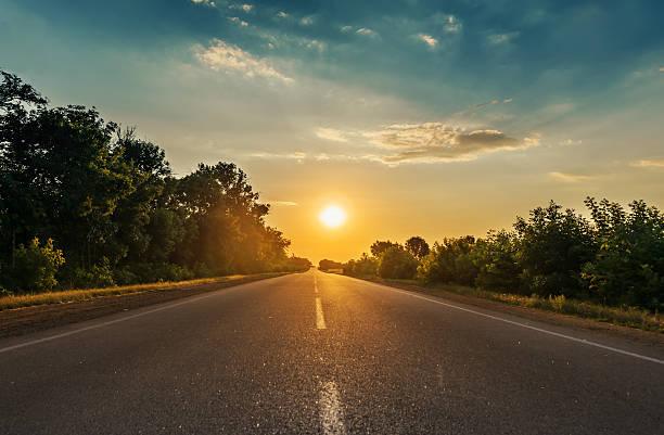 sun in horizon over asphalt road sun in horizon over asphalt road horizon over land stock pictures, royalty-free photos & images