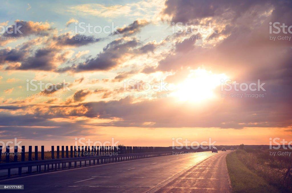 Sonne im Horizont über asphaltierte Straße. Weg in die Zukunft – Foto