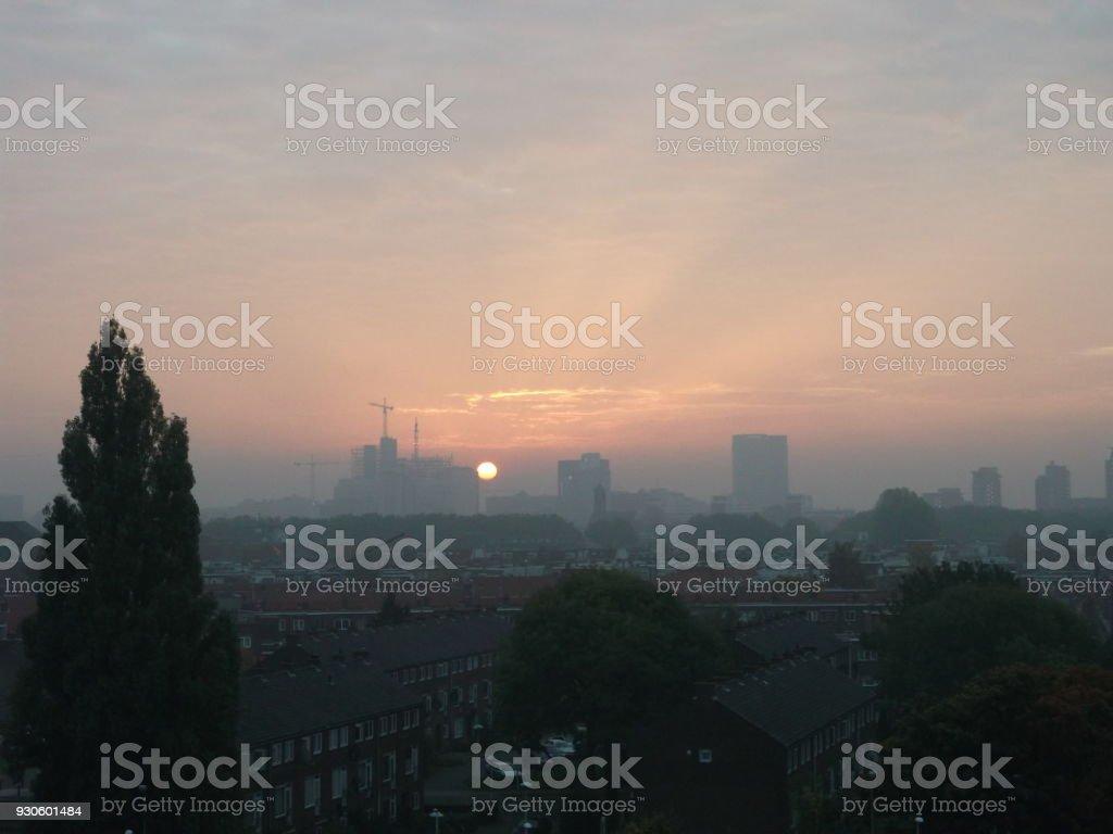 Zon komt omhoog over de stad Utrecht in Nederland foto