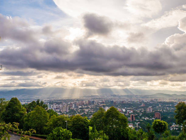 ligth der sonne an einem bewölkten tag, guatemala-stadt - guatemala stadt stock-fotos und bilder