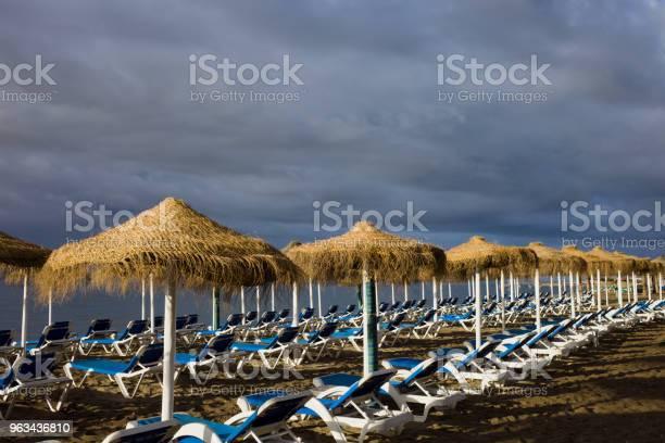 Leżaki Na Plaży Z Burzliwym Niebem - zdjęcia stockowe i więcej obrazów Bez ludzi