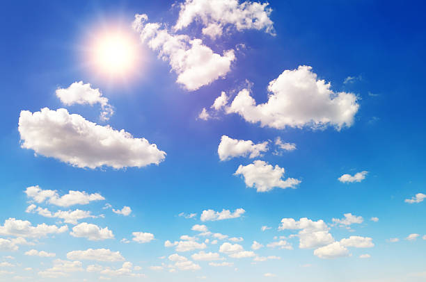 Sonne über blauer Himmel mit Wolken – Foto