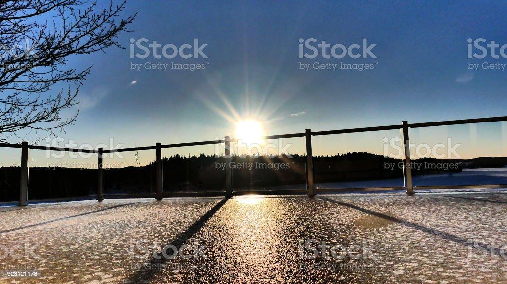 Soleil sur le garde-corps de la terrasse glacée stock photo