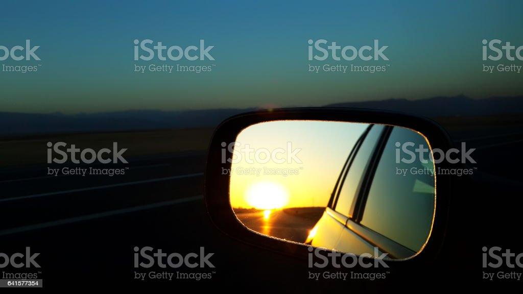 Sonne am Rückspiegel des Autos – Foto
