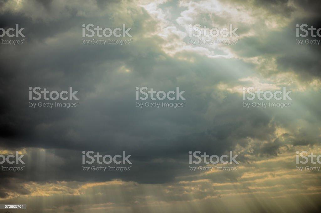 Rayons de soleil dans les nuages épiques photo libre de droits
