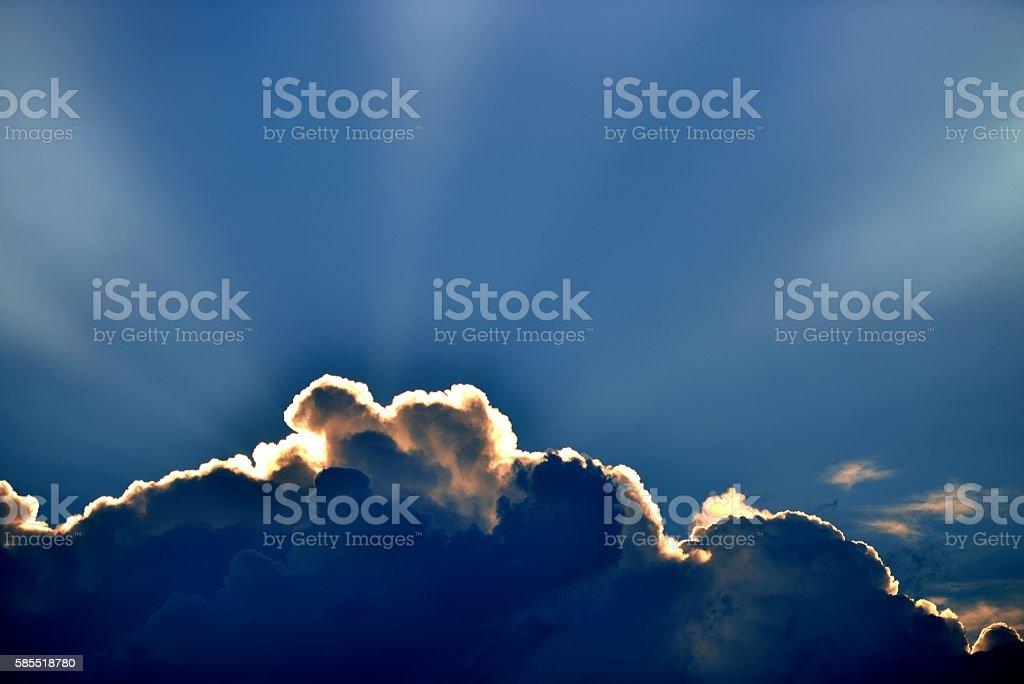 Солнца лучи сквозь облака,  стоковое фото