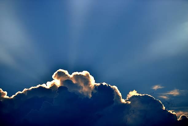 Cтоковое фото Солнца лучи сквозь облака,