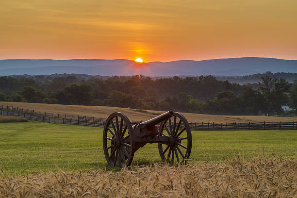 Sun rising behind artillery at Antietam National Battlefield This is a view of the sun rising behind artillery at Antietam National Battlefield in Sharpsburg, Maryland. The battle at Antietam was the bloodiest single-day battle in American history. robert e. lee stock pictures, royalty-free photos & images