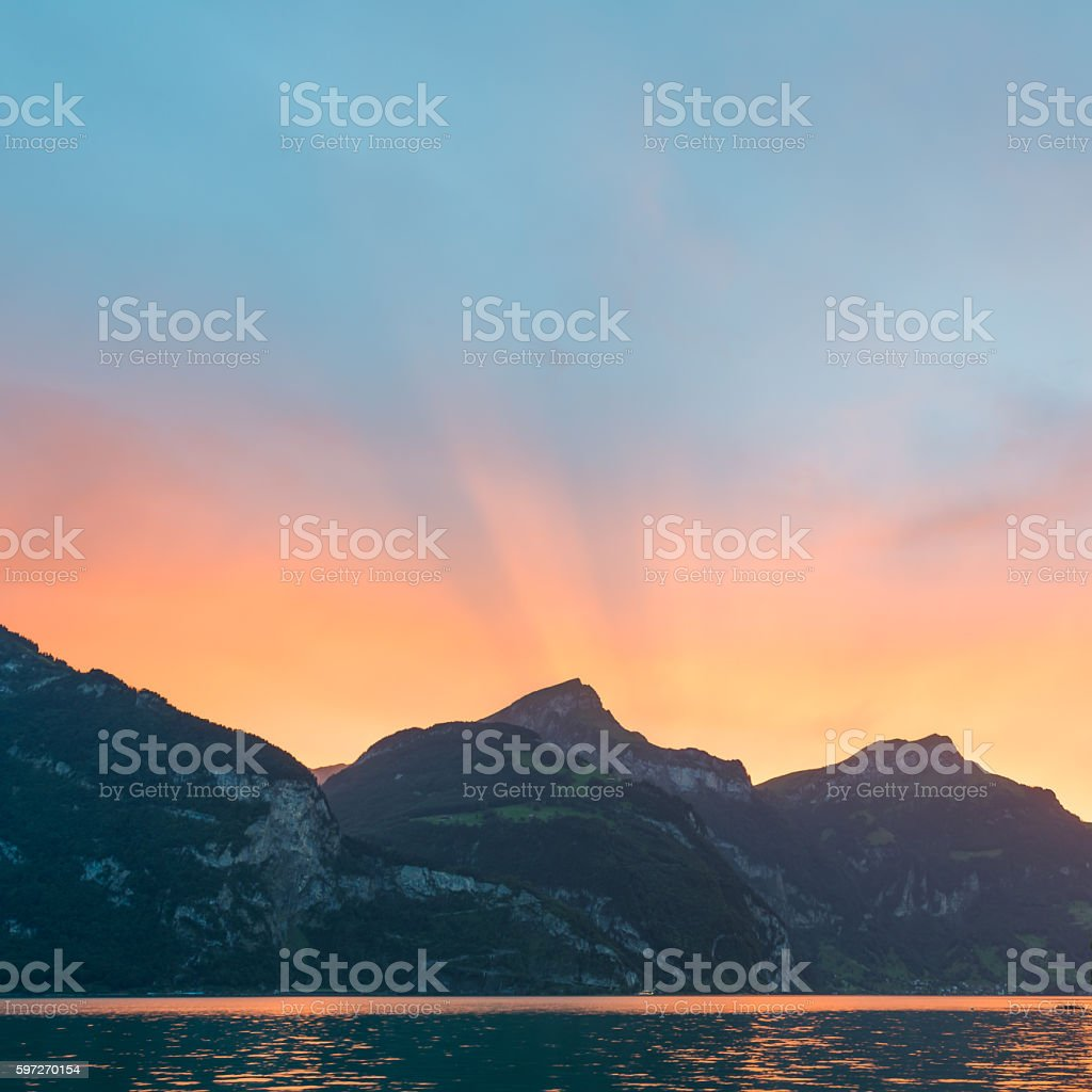 Sun set behind the mountain peaks in Switzerland. photo libre de droits