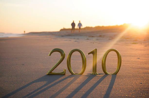 sole tramonta dietro golden 2010 sulla spiaggia - 2010 foto e immagini stock