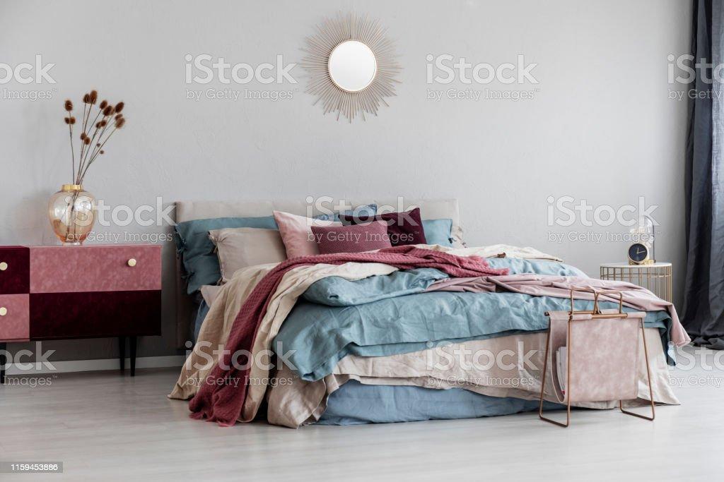 Sonnenform Wie Spiegel Auf Leeren Kopierraum Graue Wand Des Modernen Schlafzimmer Interieur Mit Bequemen Bett Stockfoto Und Mehr Bilder Von Behaglich Istock