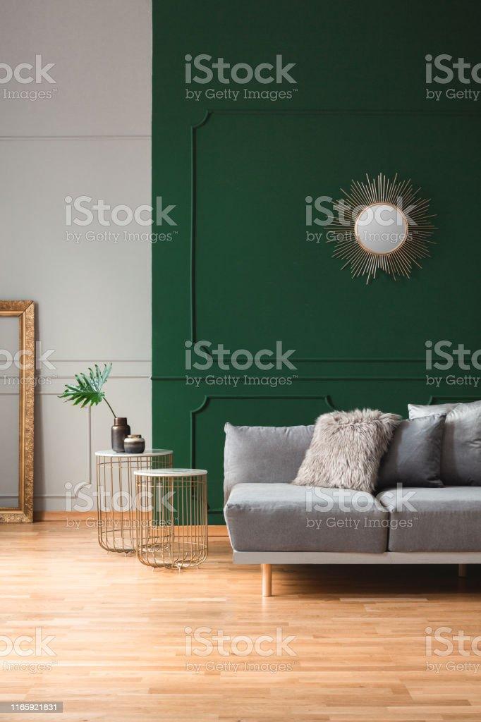 Sonnenform Spiegel Auf Leere Grüne Wand In Stilvollem ...