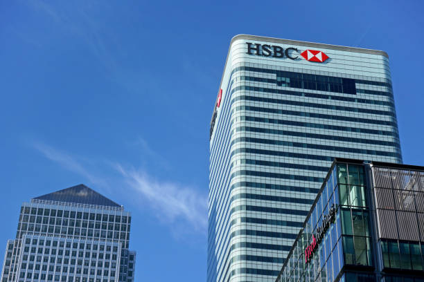 Sun shines on world Headquarters of HSBC Holdings plc at 8 Canada Square, Canary Wharf. It's 7th largest bank worldwide and was established in 1865 London, United Kingdom - February 03, 2019: Sun shines on world Headquarters of HSBC Holdings plc at 8 Canada Square, Canary Wharf. It's 7th largest bank worldwide and was established in 1865 hsbc stock pictures, royalty-free photos & images