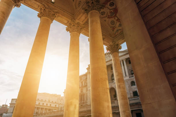 Sun shines through the colonnade of the Royal Exchange Building in the City of London - foto stock