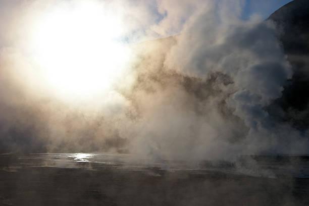 Sun 믿었습니다 연료증기 at 간헐천 필드, 칠레 스톡 사진