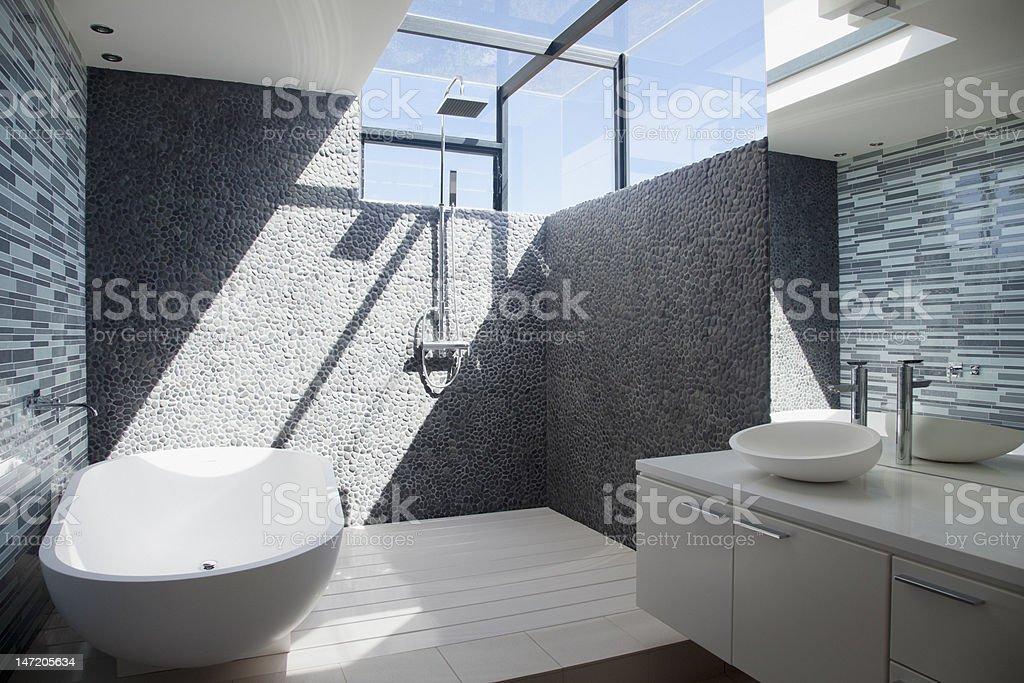 Sol brilhando através da janela do banheiro moderno - foto de acervo