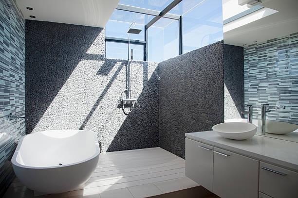 sonne scheint durch die fenster in modernen badezimmer - sonnendusche stock-fotos und bilder