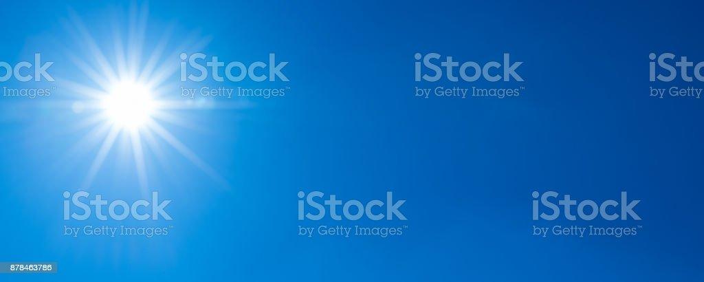Sonne, Sonnenstrahlen vor einem blauen Himmel - wolkenloser Himmel – Foto