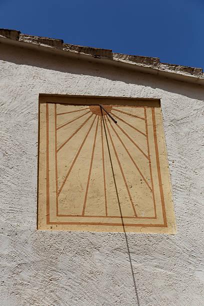 Disfrute del sol de pared en begur - foto de stock