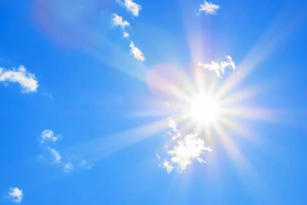 太陽在藍天上有美麗的光芒, 有一些雲 - 晴朗 個照片及圖片檔