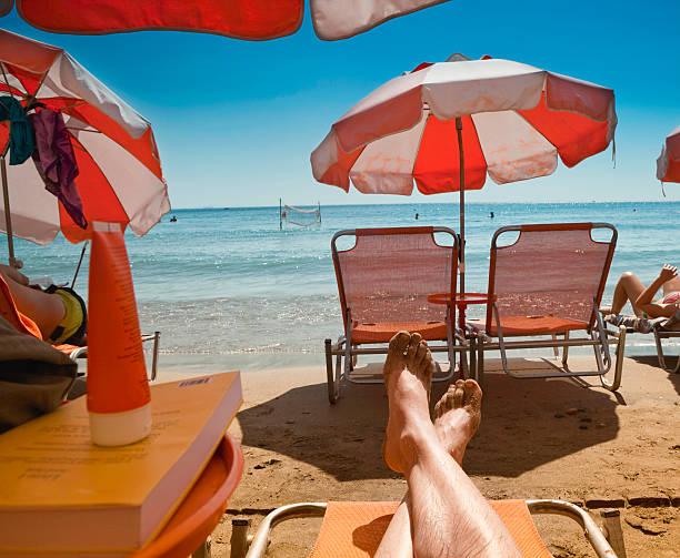 Un bain de soleil sur la plage - Photo