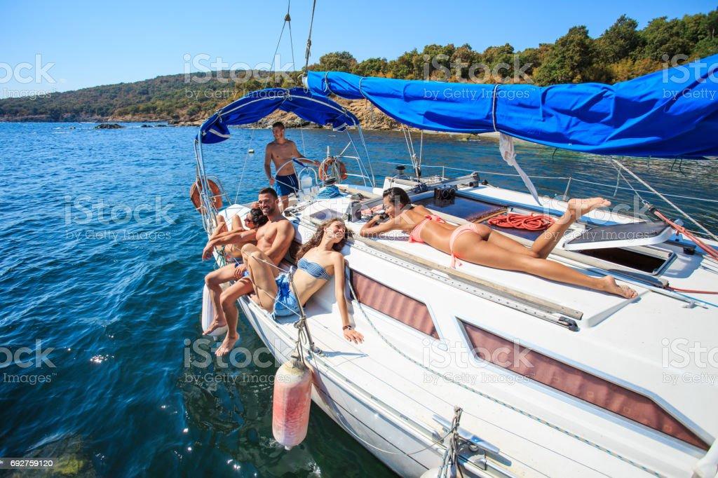 Sunbathing with friends on yacht - fotografia de stock