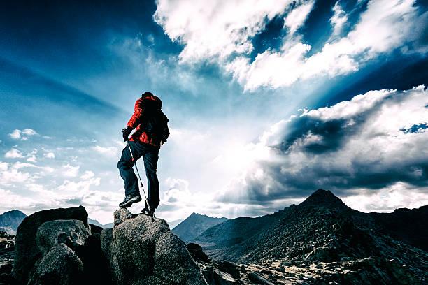 太陽光線の美しさ - 登山 ストックフォトと画像