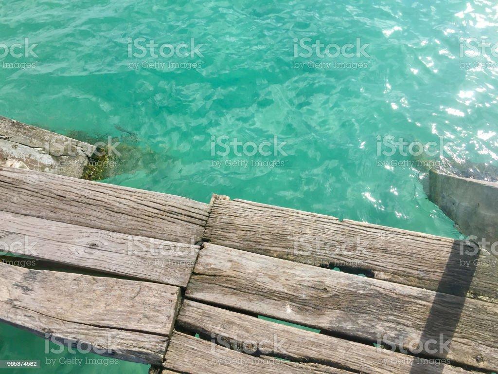 Muelle de blanqueado por el sol en el Lago Bacalar en México - foto de stock