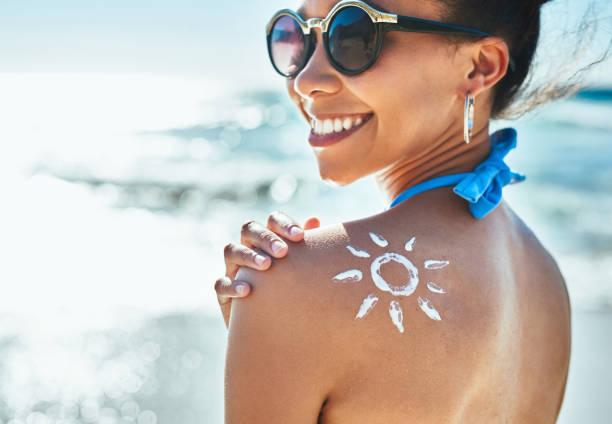 protetor solar, a melhor coisa para vestir na praia - filtro solar - fotografias e filmes do acervo