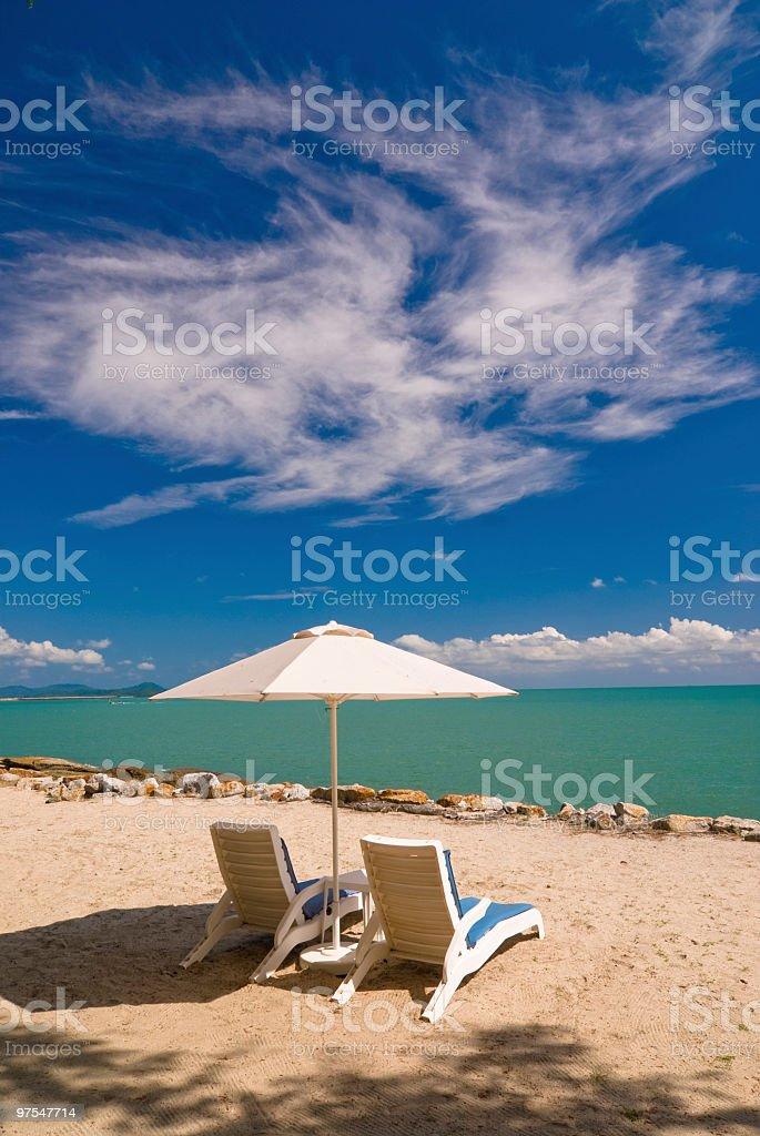 Chaises longues sur la plage photo libre de droits