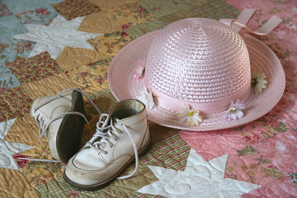 sonntagskleidung - babyschuhe nähen stock-fotos und bilder