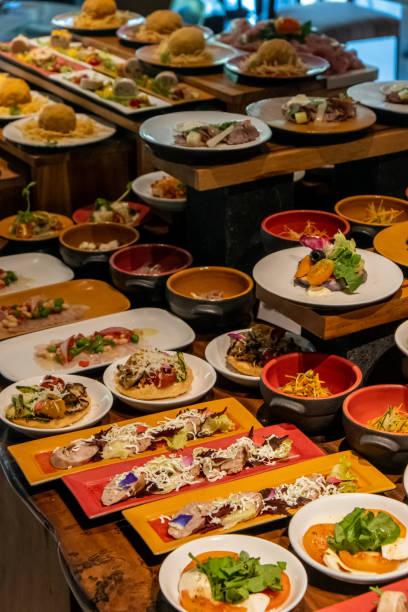 sonntags brunch-buffet im luxury hotel, brunch mit familie im restaurant. verschiedene leckere speisen im restaurant - sonntagsbrunch stock-fotos und bilder