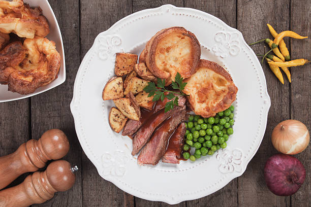 sunday roast with yorkshire pudding - gebraden vlees stockfoto's en -beelden