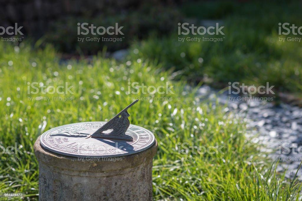 Zonnewijzer in de zomerzon - Royalty-free Antiek - Ouderwets Stockfoto