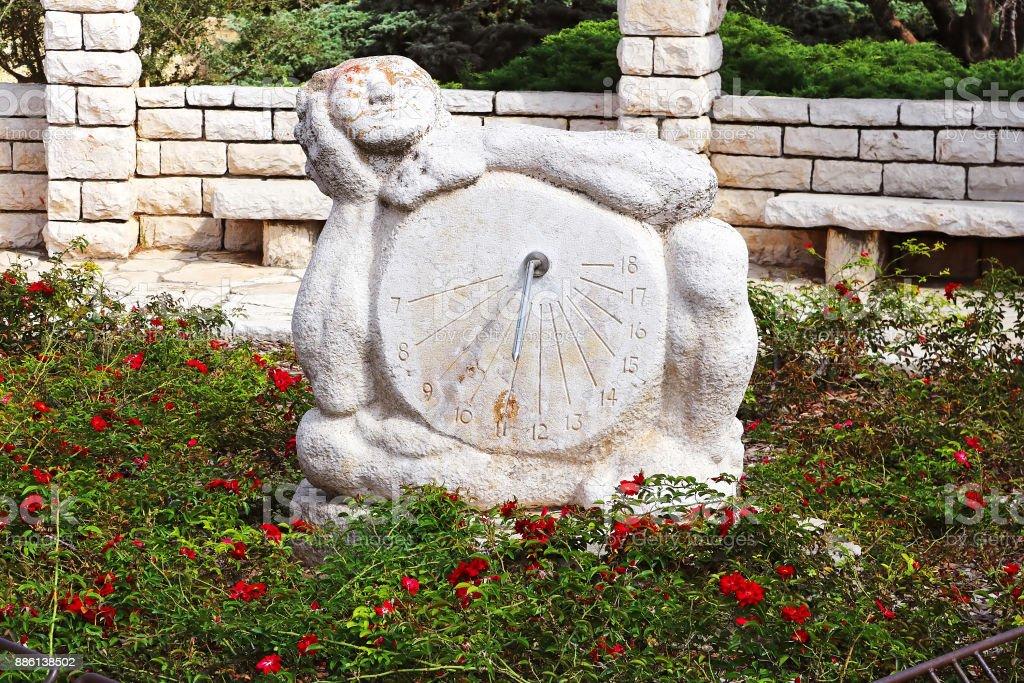 Relógio de sol escultura no Rose garden, Parque Ramat Hanadiv, Israel. O parque é um túmulo familiar do barão Edmond de Rothschild (1845-1934) e Baronesa Adelaide de Rothschild (1853-1935) - foto de acervo