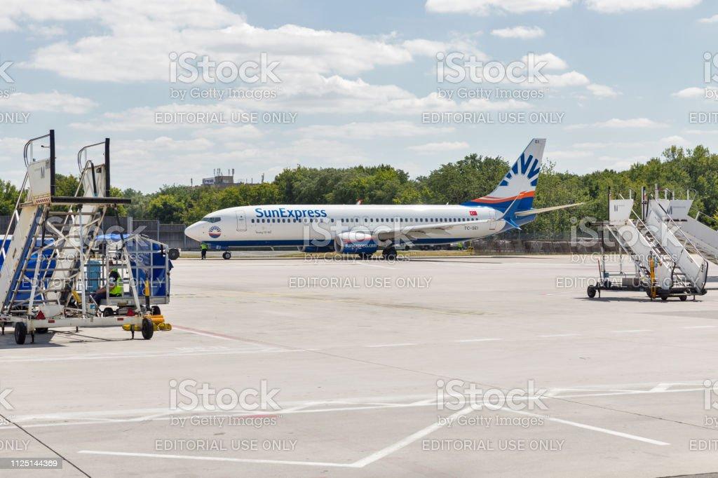 SunExpress Boeing 737 no Aeroporto Tegel, em Berlim, Alemanha. - foto de acervo