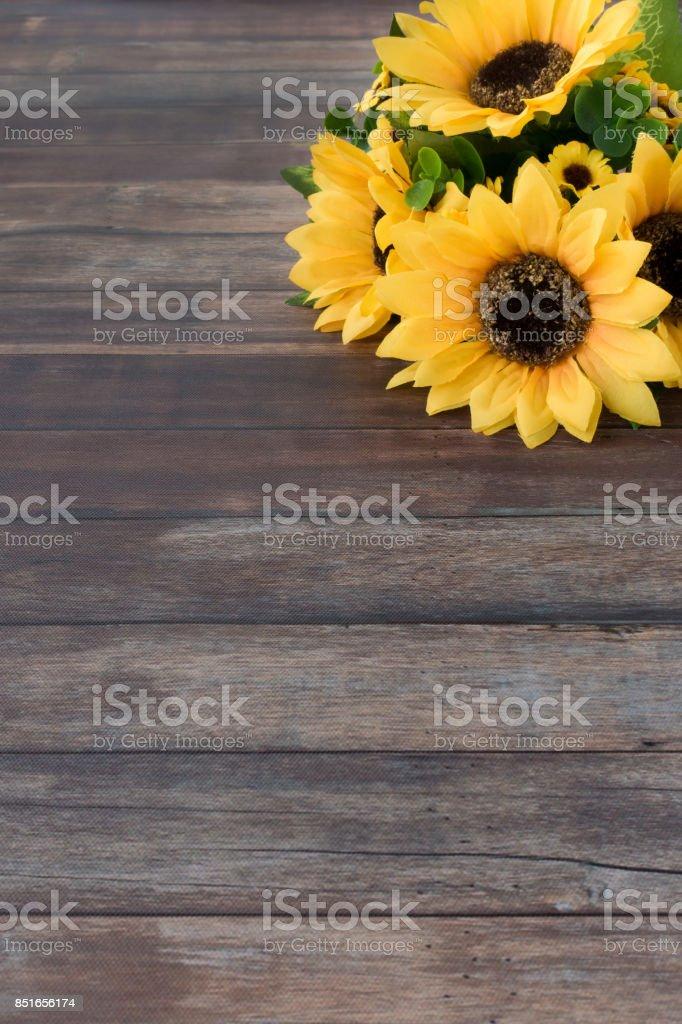 Sonnenblumen Strauß auf dunklem Braun aus Holz – Foto