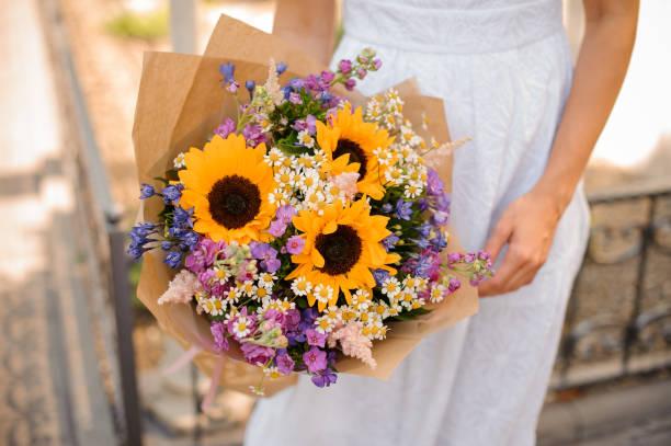 solros bröllop bukett i händerna på bruden - flower bouquet blue and white bildbanksfoton och bilder