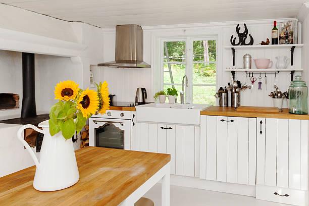 sonnenblumen in einer vase in der küche im country-stil - landküche stock-fotos und bilder