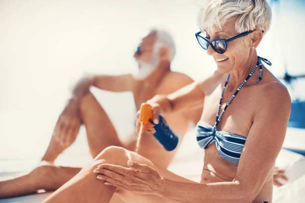 zonnebrillen en zonnebrandmiddelen zijn goed genoeg voor mijn bescherming. - gebruind stockfoto's en -beelden