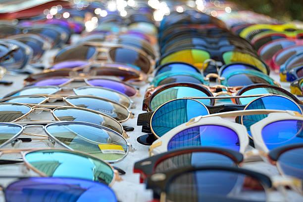 Sunglasses displayed on market table - foto de stock
