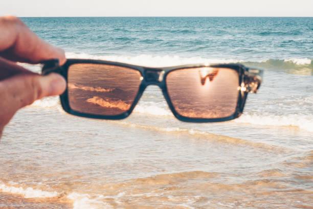 zonnebril toestaan fel zonlicht niet - lichtbreking stockfoto's en -beelden