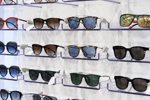 sunglasses for sale, placed on the shelves - okulary przeciwsłoneczne zdjęcia i obrazy z banku zdjęć