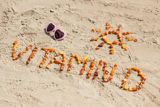 güneş gözlüğü, yazıt vitamin d ve güneş kum plaj, yaz saati ve sağlıklı yaşam konsepti üzerinde şekil - vitamin d stok fotoğraflar ve resimler