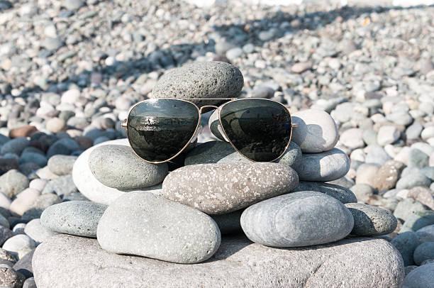 sonnenbrille am strand - sonnenbrand heilen stock-fotos und bilder