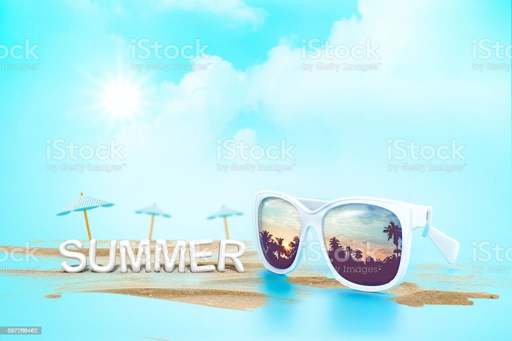 Sunglasses reflection sunset at palm tree landscape and beach um Lizenzfreies stock-foto