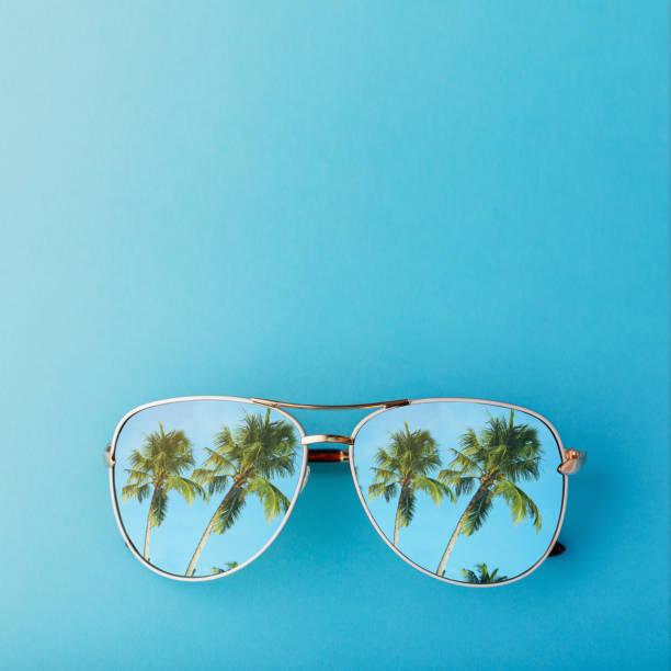 zonnebril met palmbomen tot uiting in hen en ruimte voor tekst, bovenaanzicht - strandfeest stockfoto's en -beelden